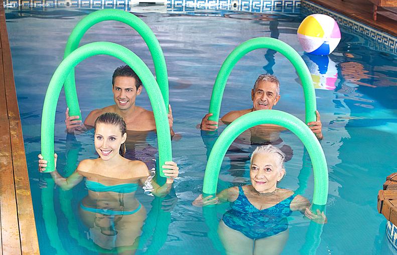 Gruppe macht Aquafitness im Schwimmbad